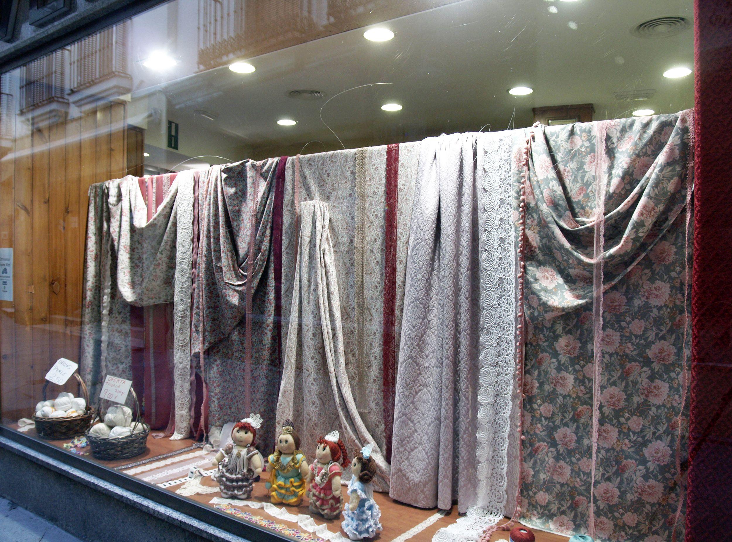 Escaparate de nuestra tienda de tejidos en Sevilla