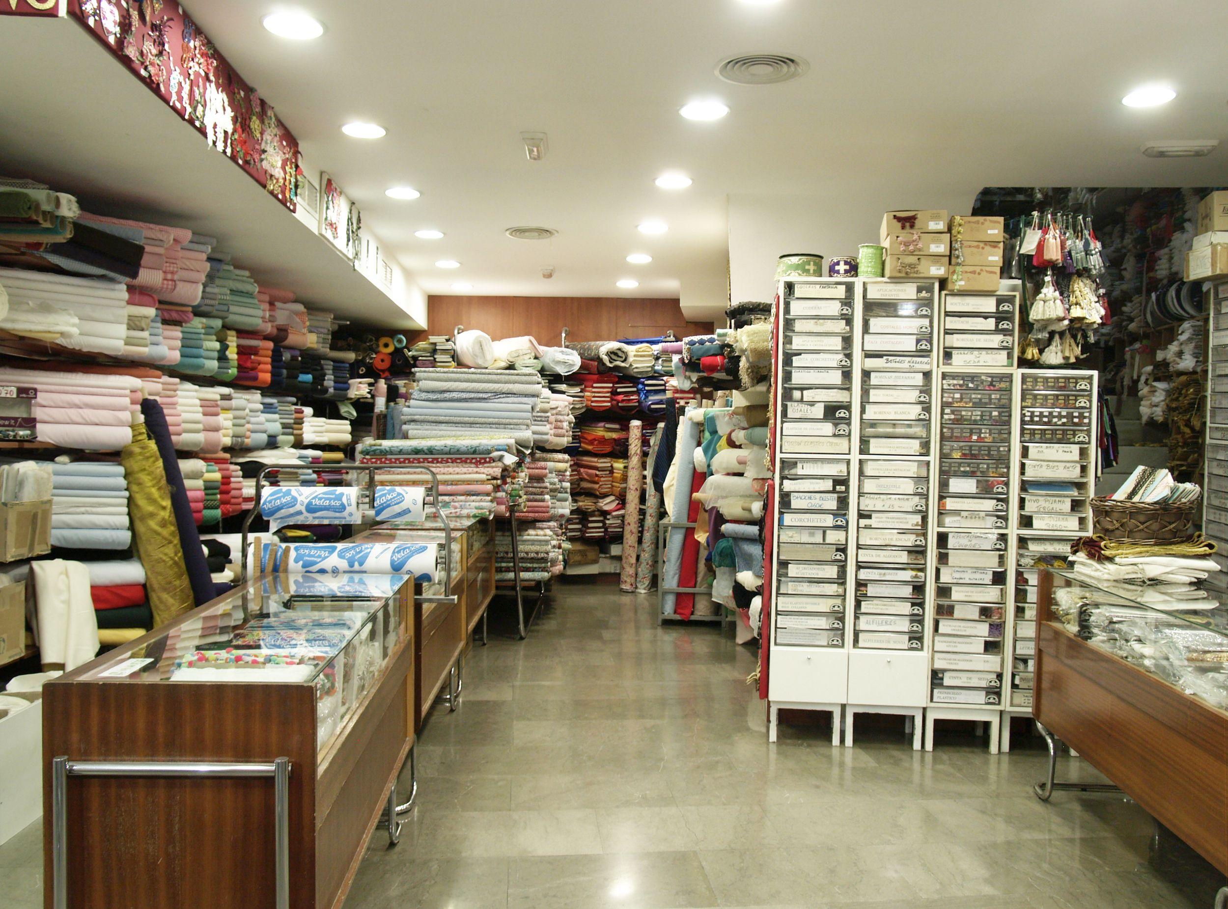 Interior de nuestra tienda de tejidos en Sevilla