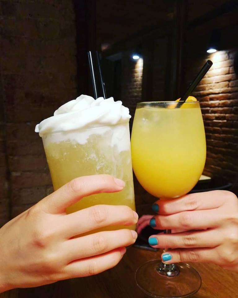 Tomar un cóctel en El Bandarra Tapería