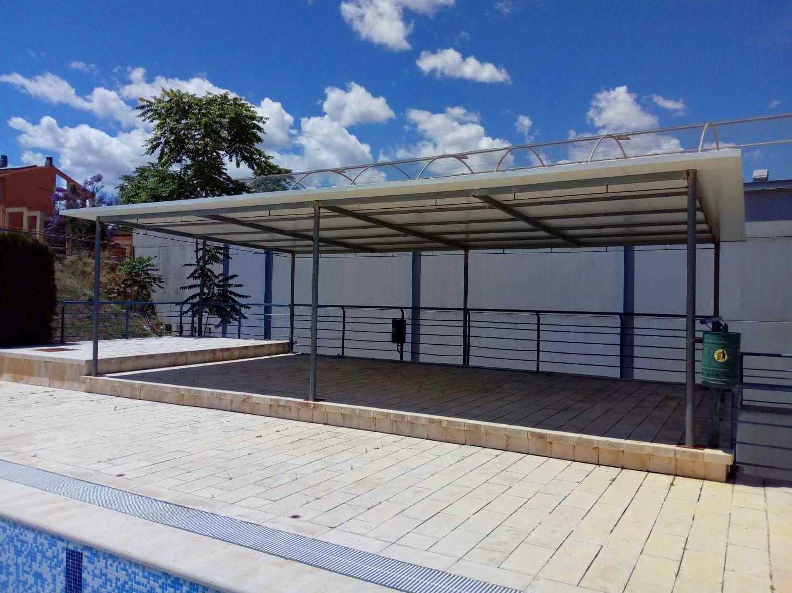 porche en la piscina municipal de Gabarda