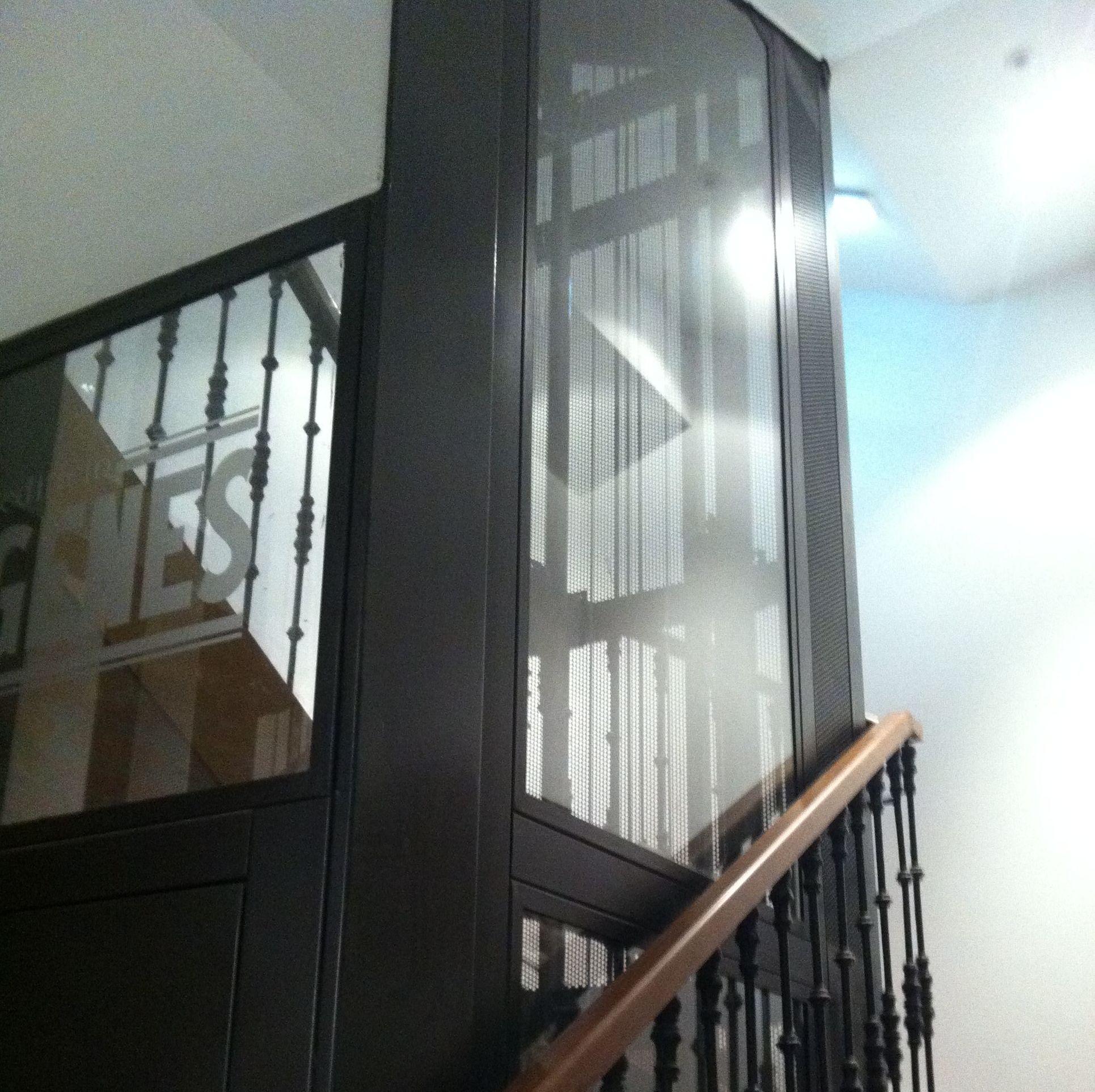 Estructura metalica y vidrio hueco ascensor