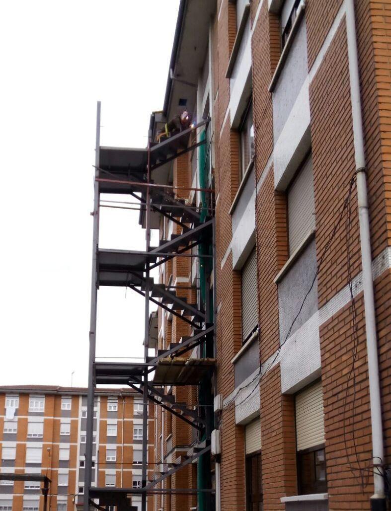 Estructura escalera exterior de edificio