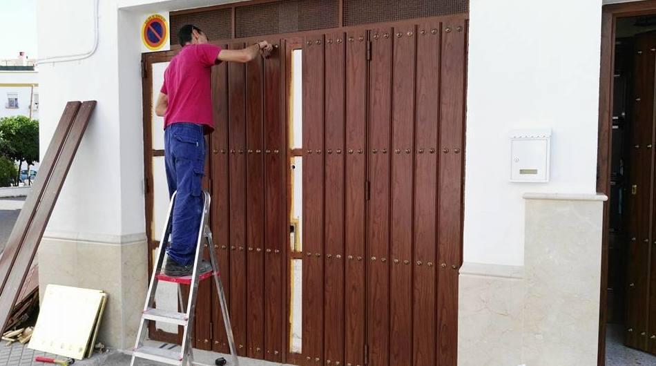 Instalación de puerta de aluminio color teka