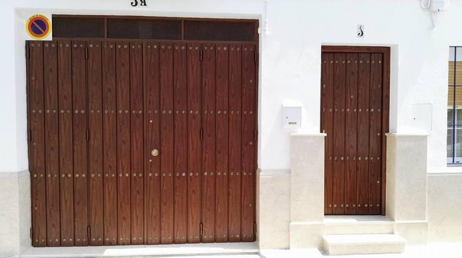 Puertas de calle y cochera terminadas color teka