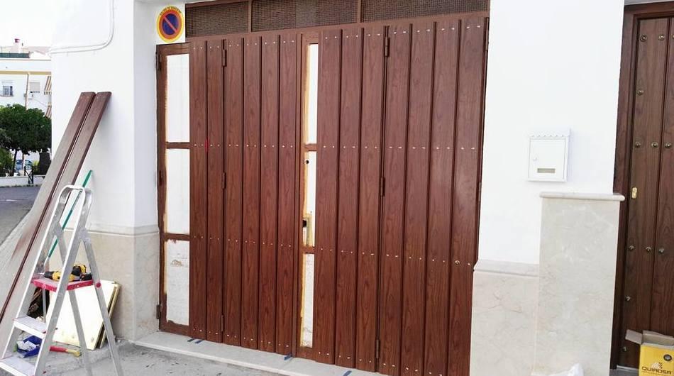 Forrado de puerta de cochera con lamas de aluminio color teka