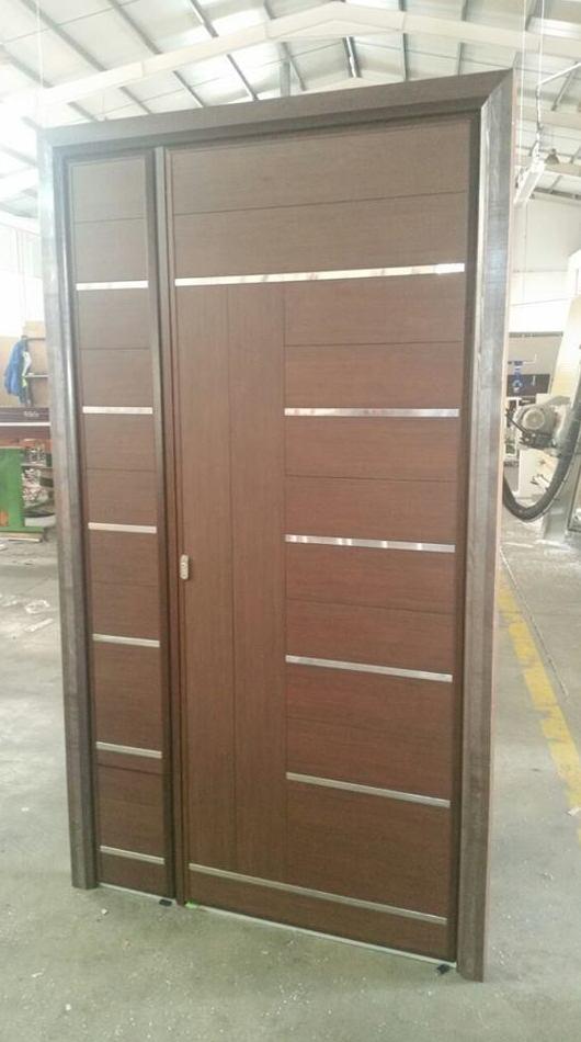 Puerta de entrada blindada, en aluminio color nogal