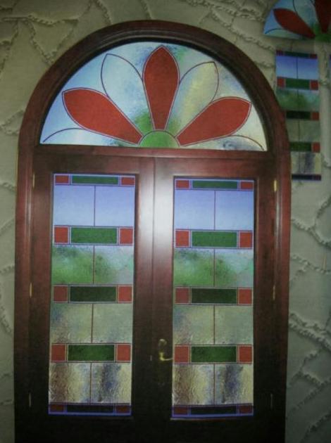 Puerta con cristales decorativos