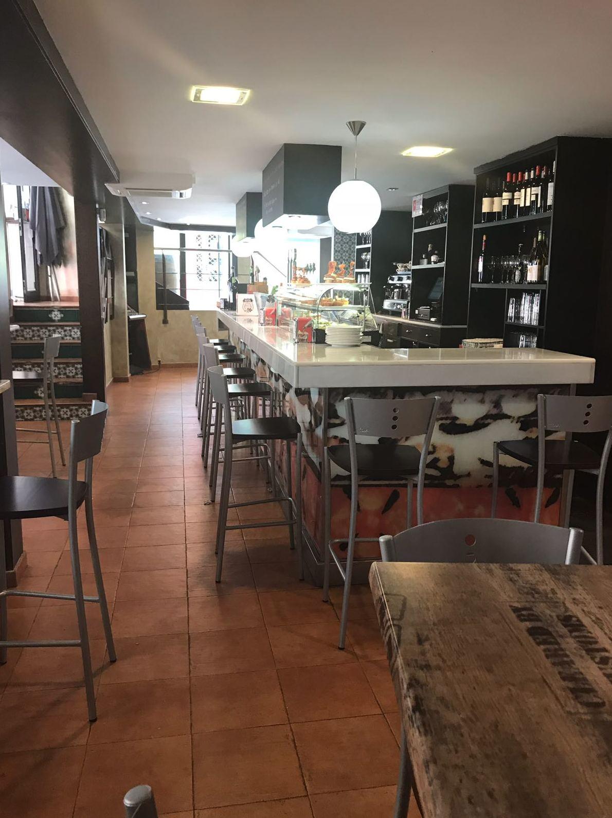 Ven a probar nuestros menú diario, puedes tomarlo dentro o en nuestra terraza o en esta amplia barra, ideal para compartir entre amigos
