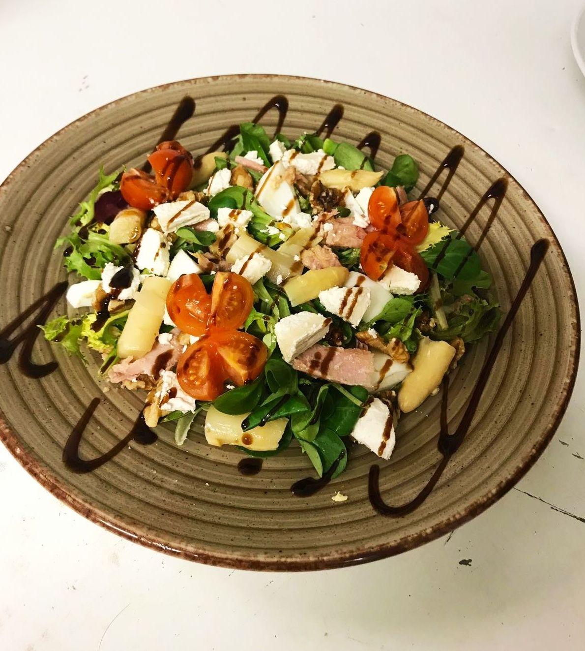 Ensalada de queso fresco: brotes tiernos,tomate,espárragos,queso fresco, ventresca y nueces