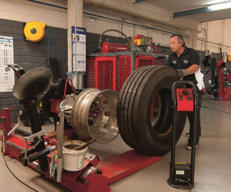Montaje de neumáticos de camiones