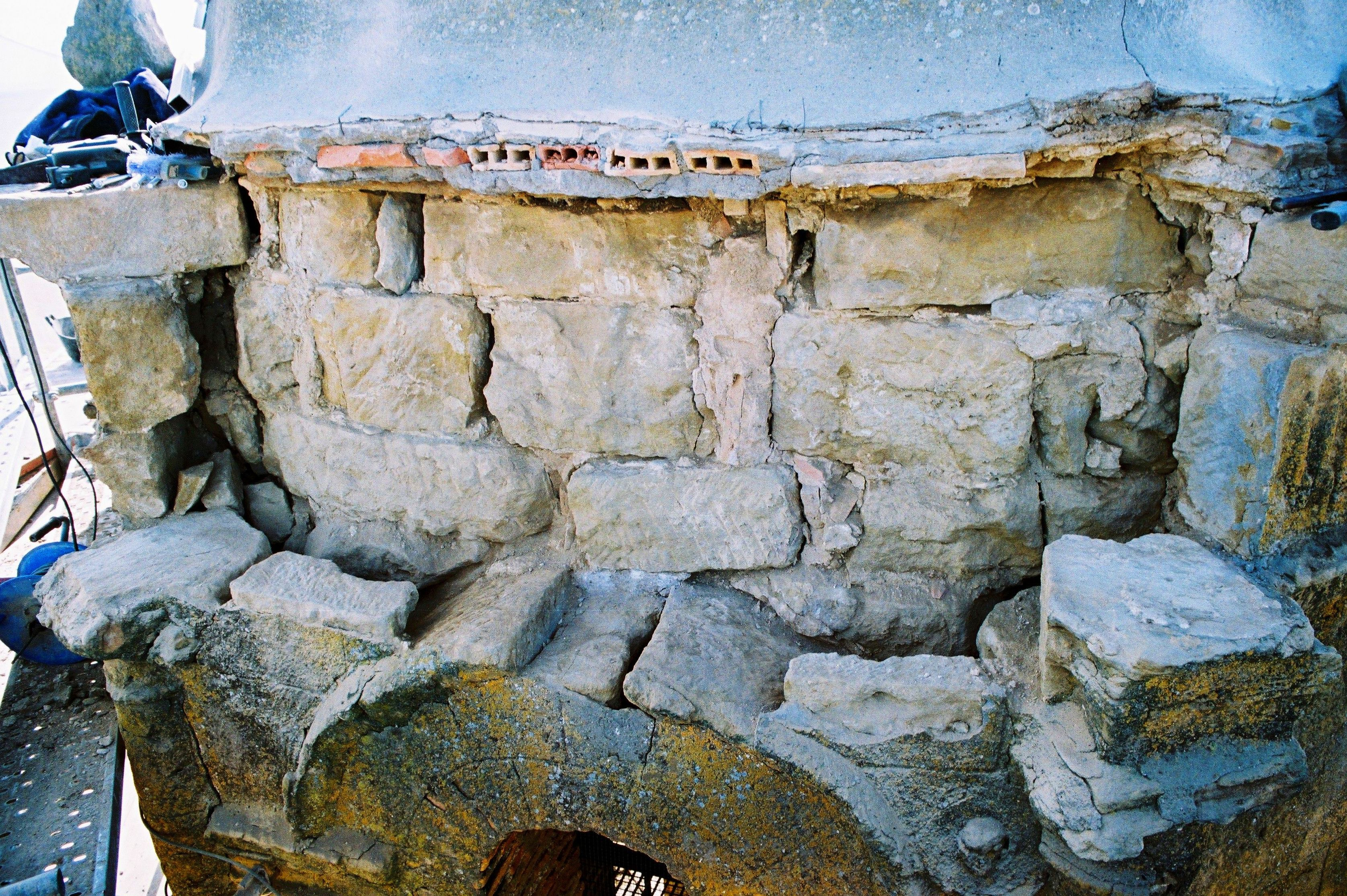restauración de la cornisa de la torre de la Iglesia parroquial de Angüés