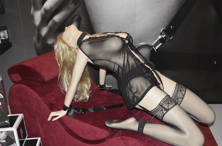 Eroteca Orgasms exposición de lencería sexy