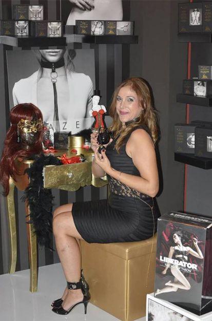 Isabel Maria Barrera prueba el perfume Afrodisia de Bijoux Indiscret en EROTECA ORGASMS