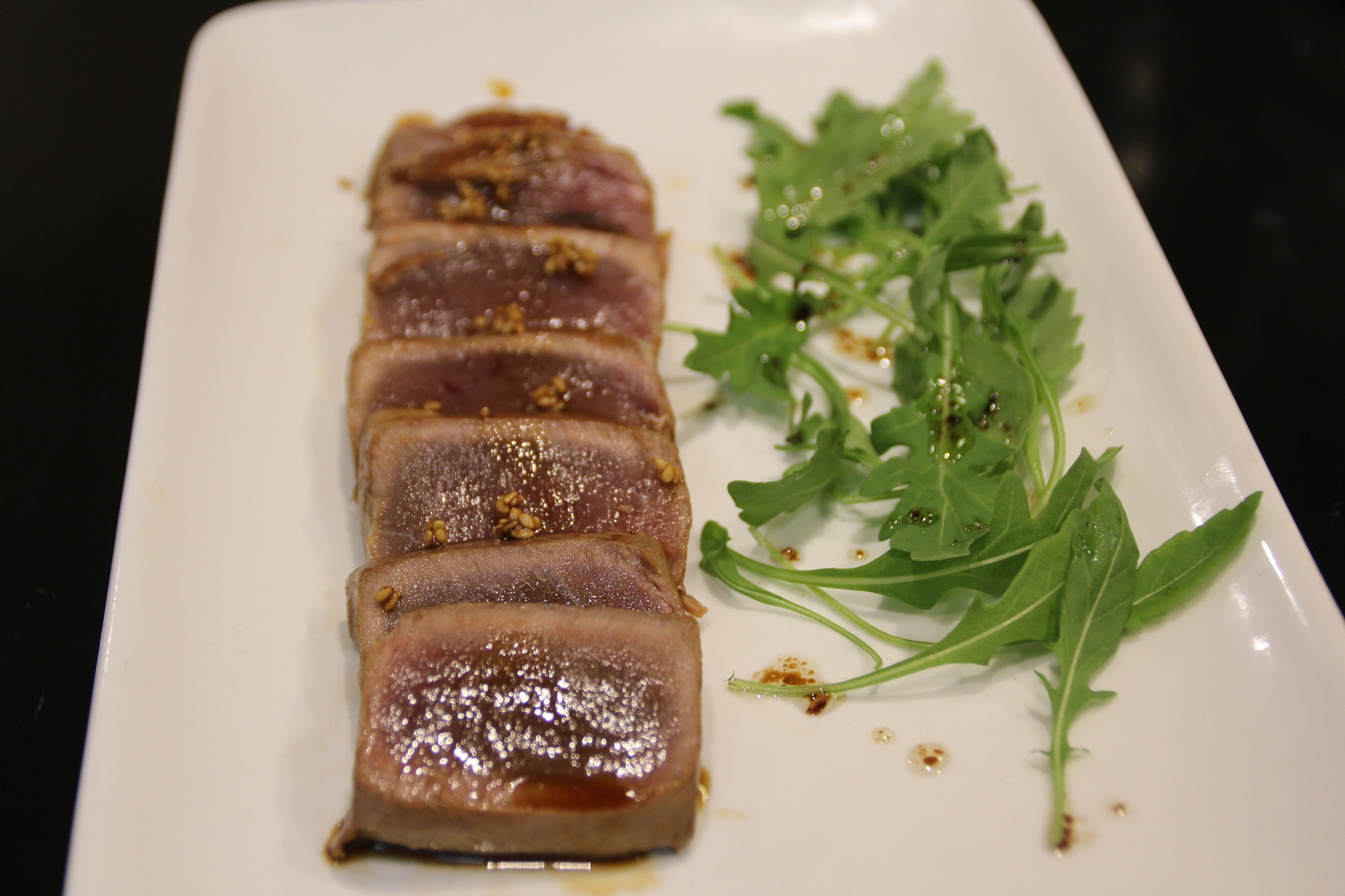 Tataki de atún rojo con rucula.
