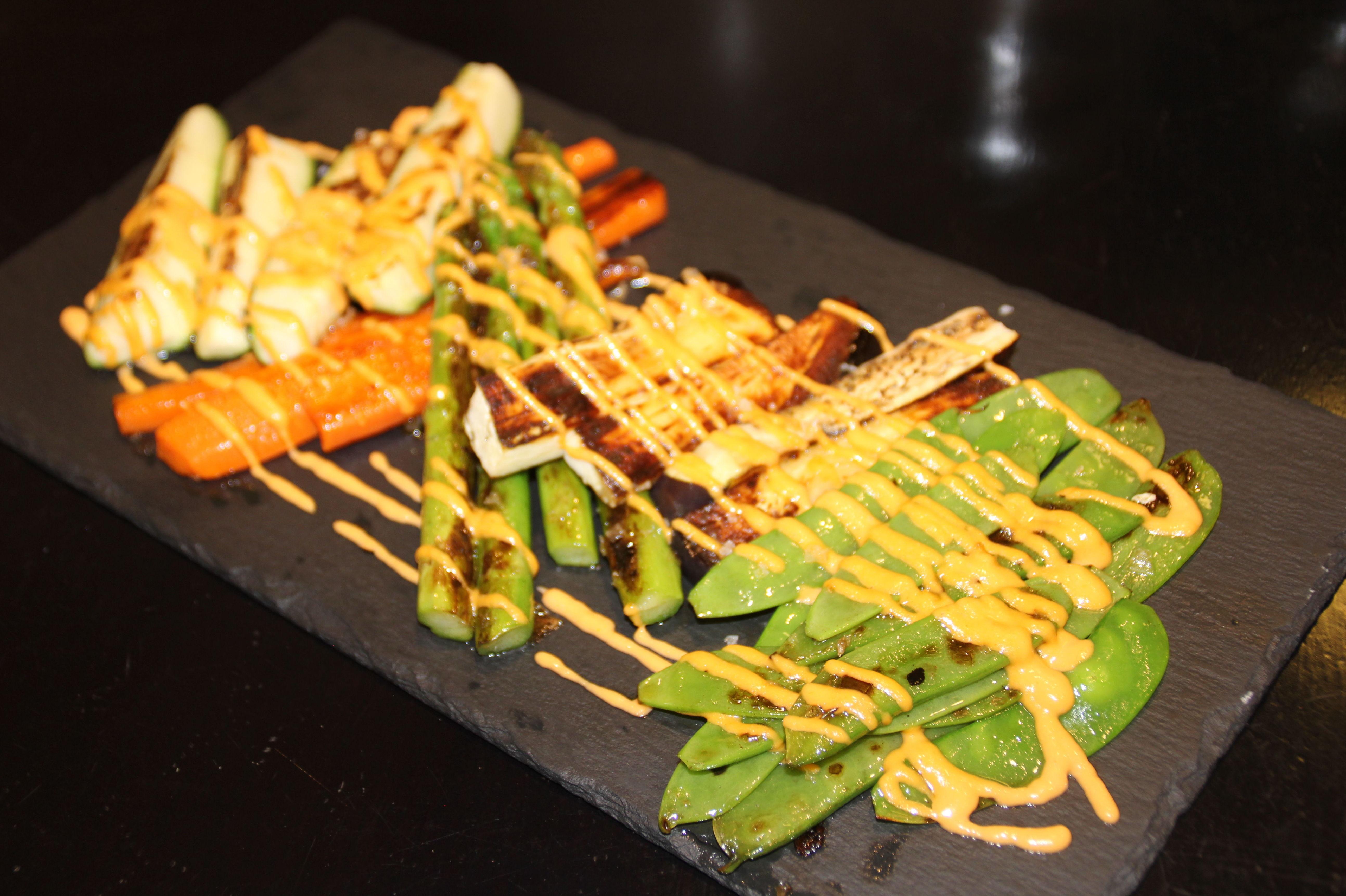 Verduras plancha con salsa romesco.