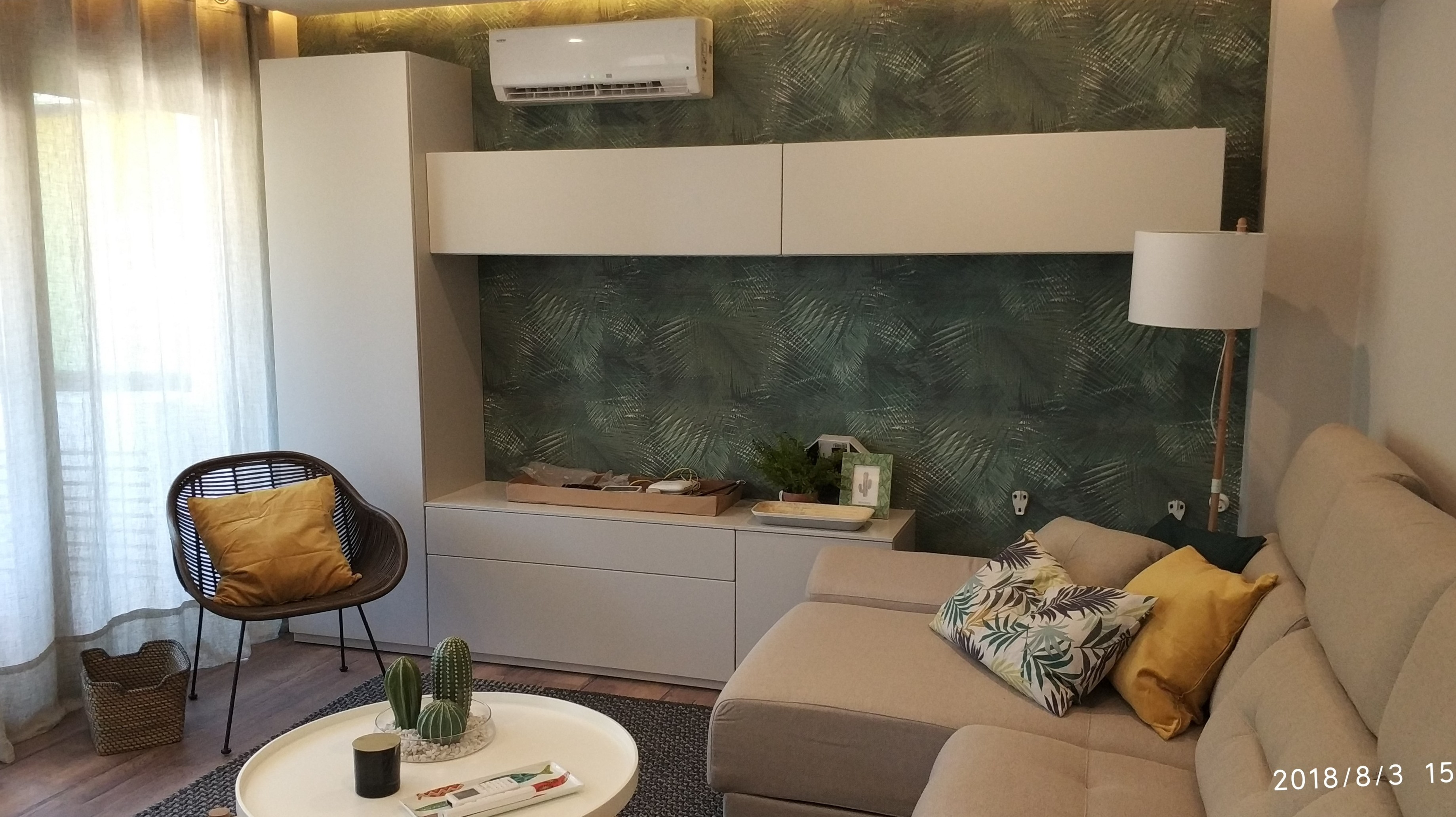 Diseño de salón con papel decorativo vegetal.