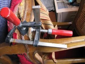 Silla consolidada con espigas de madera y resina epoxi fuerte
