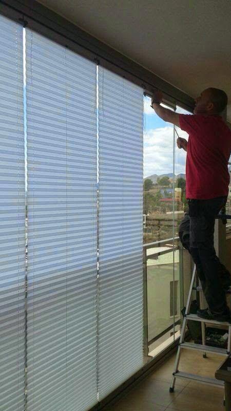 Instalando cortinas plisadas sobre cortina de cristal