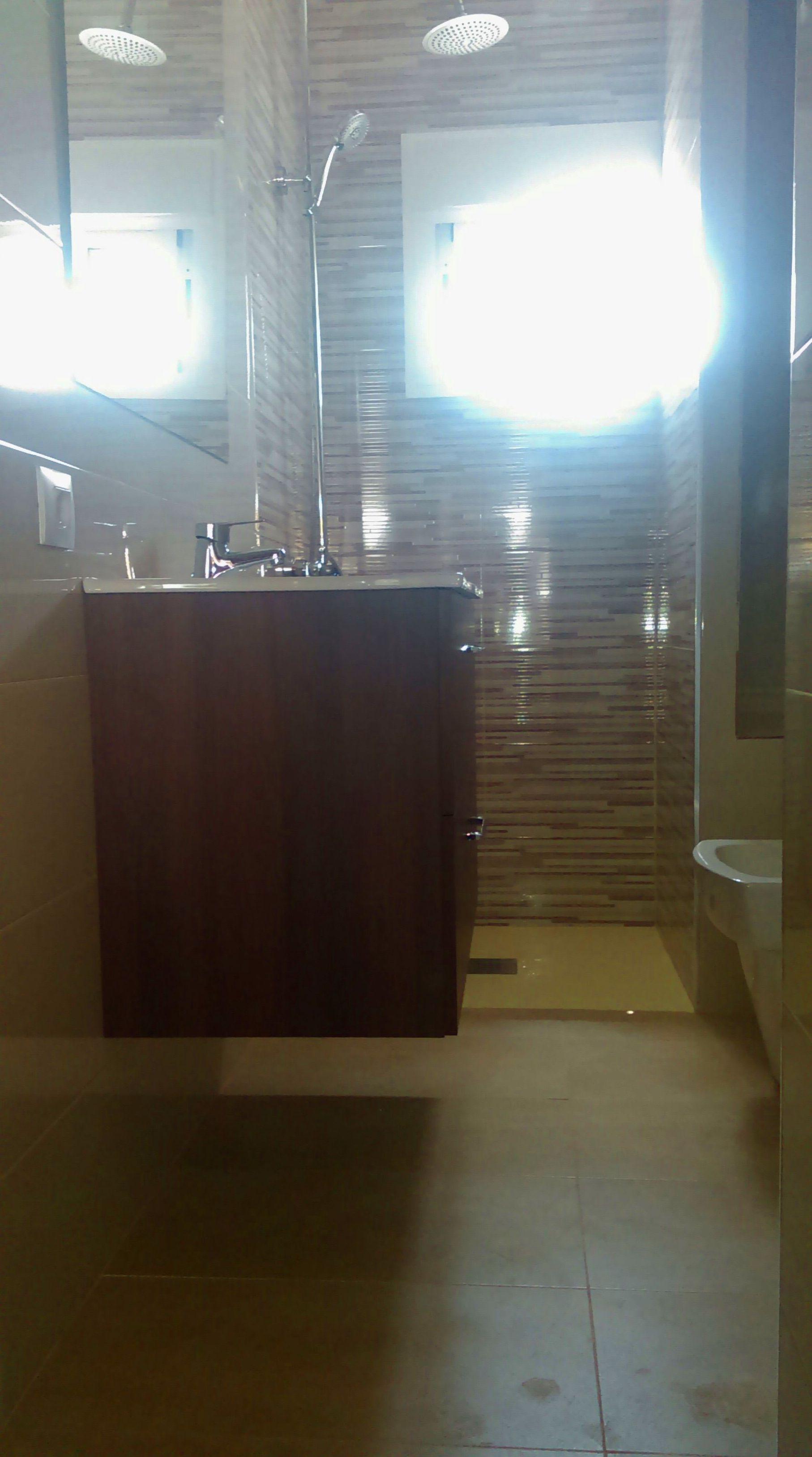 Reforma completa de baño con placa de ducha embutida 1890€