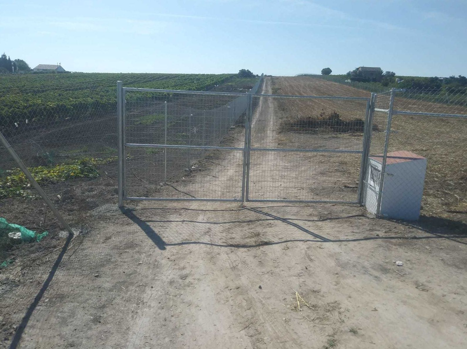 Puertas a acceso a finca de alambrada metálica