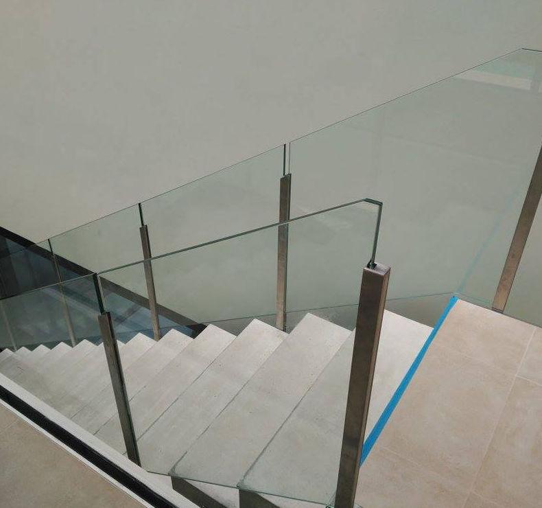 Barandilla de escalera de vidrio y postes de acero inoxidable