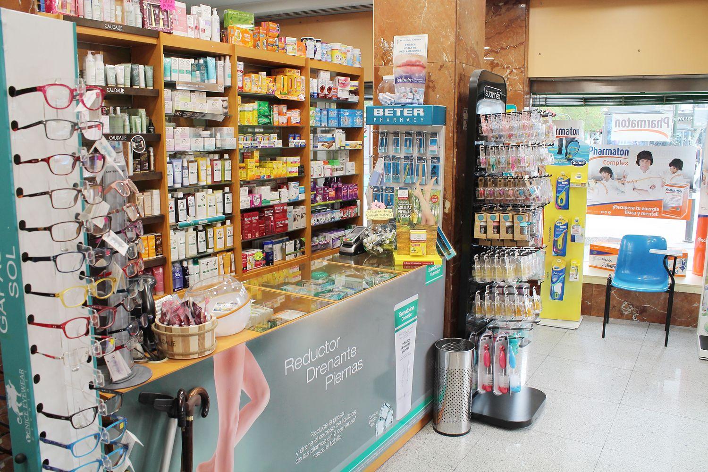 Farmacia con variedad de productos ortopédicos