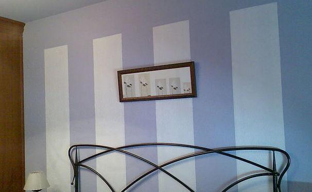 Pared pintada con franjas verticales