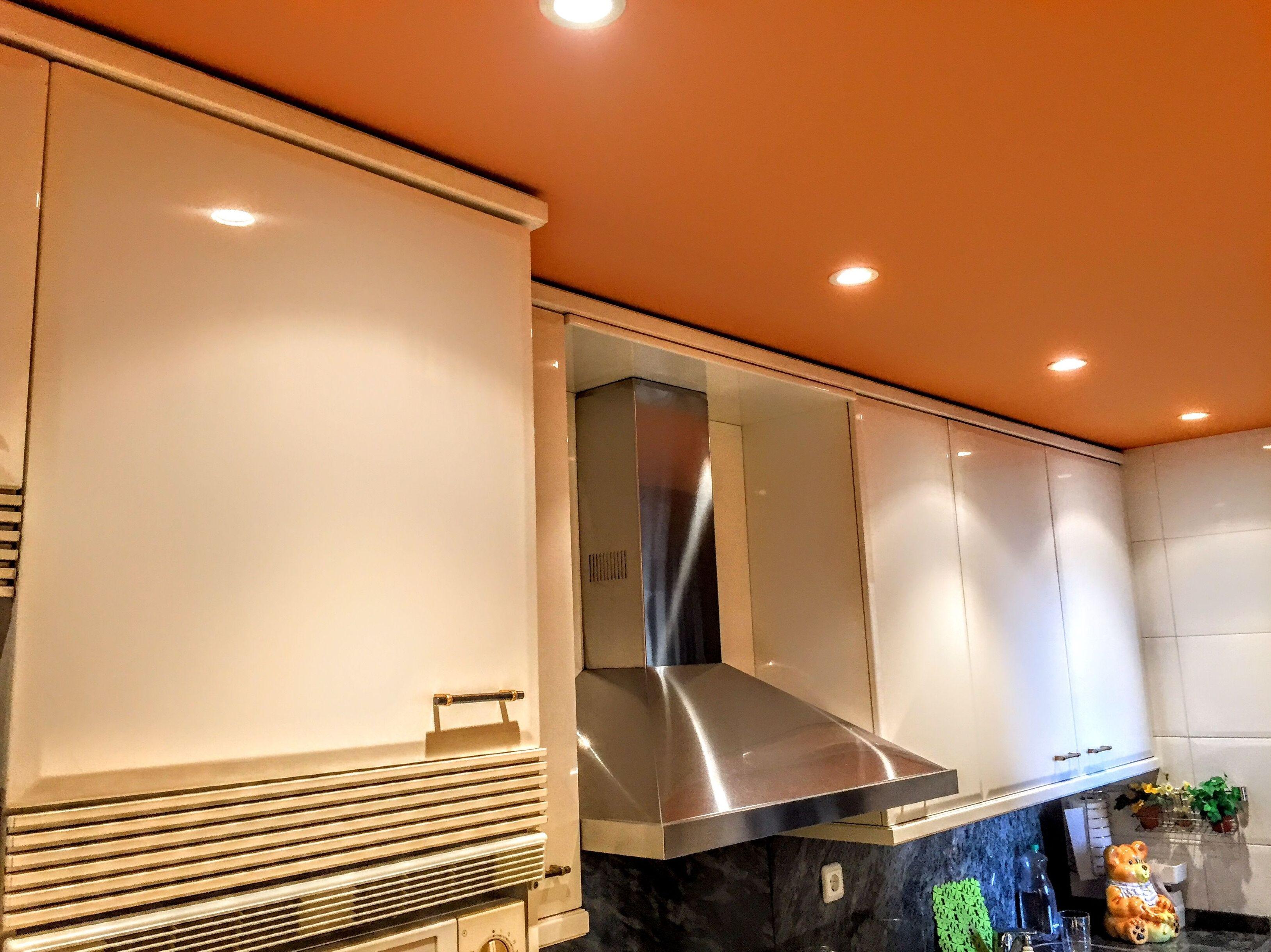 Trabajo de pintura de techo de una cocina