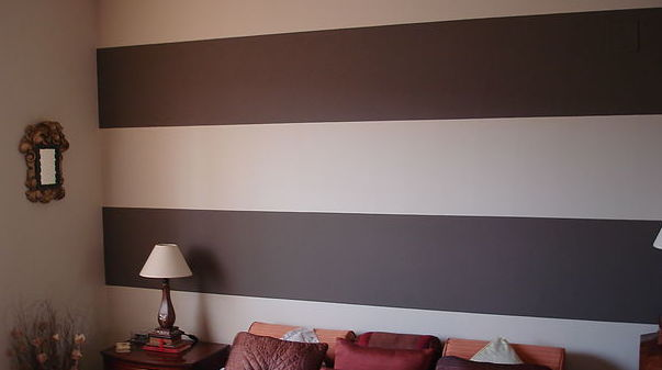 Pared pintada con franjas horizontales