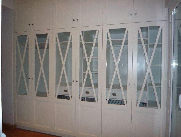 Armario lacado en blanco con puertas de cruceta.