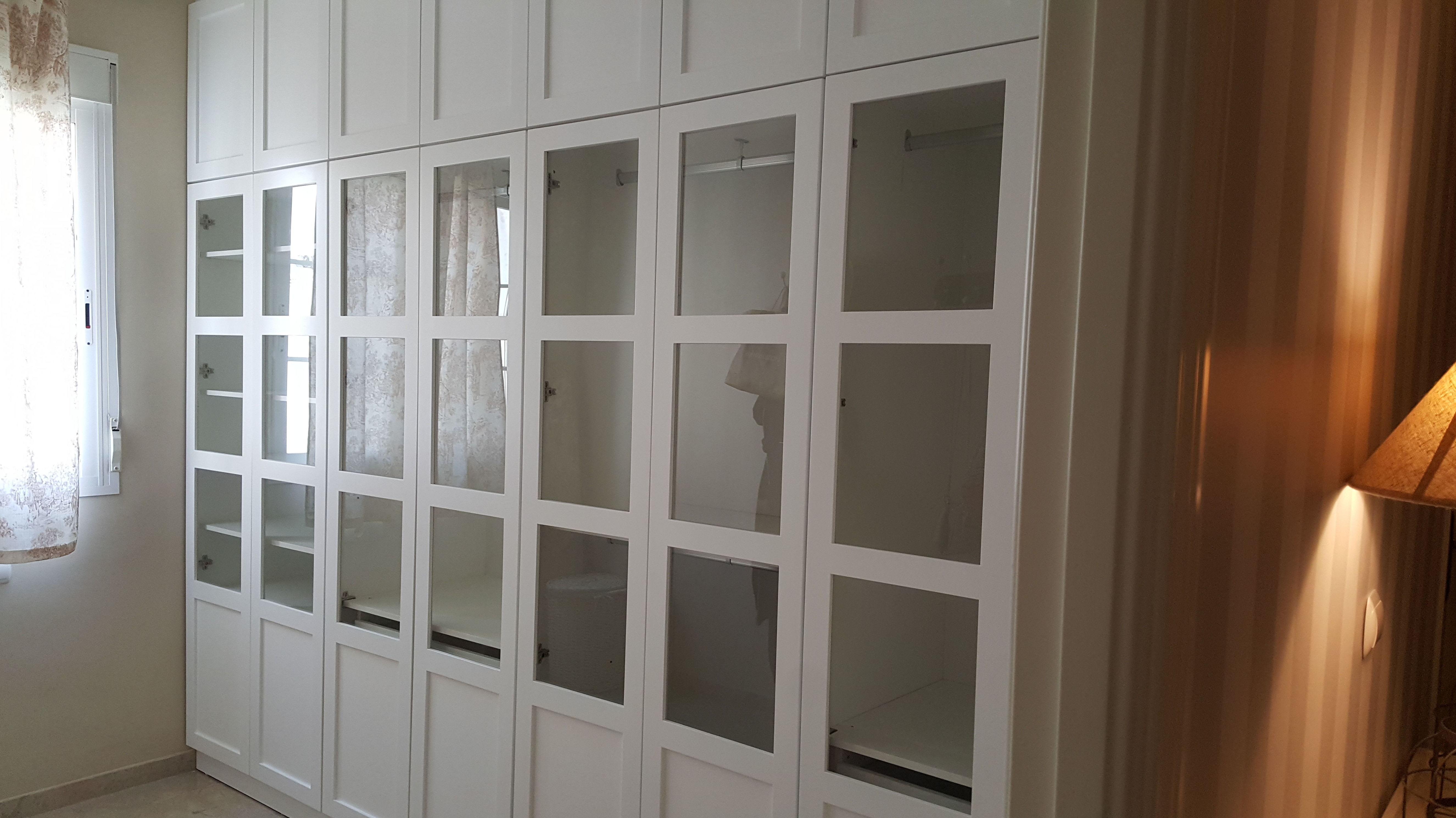 Armario empotrado lacado en blanco con puertas abatibles y cristal brillo