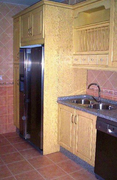 Cocina de madera lacada en amarillo glaseado con encimera de granito