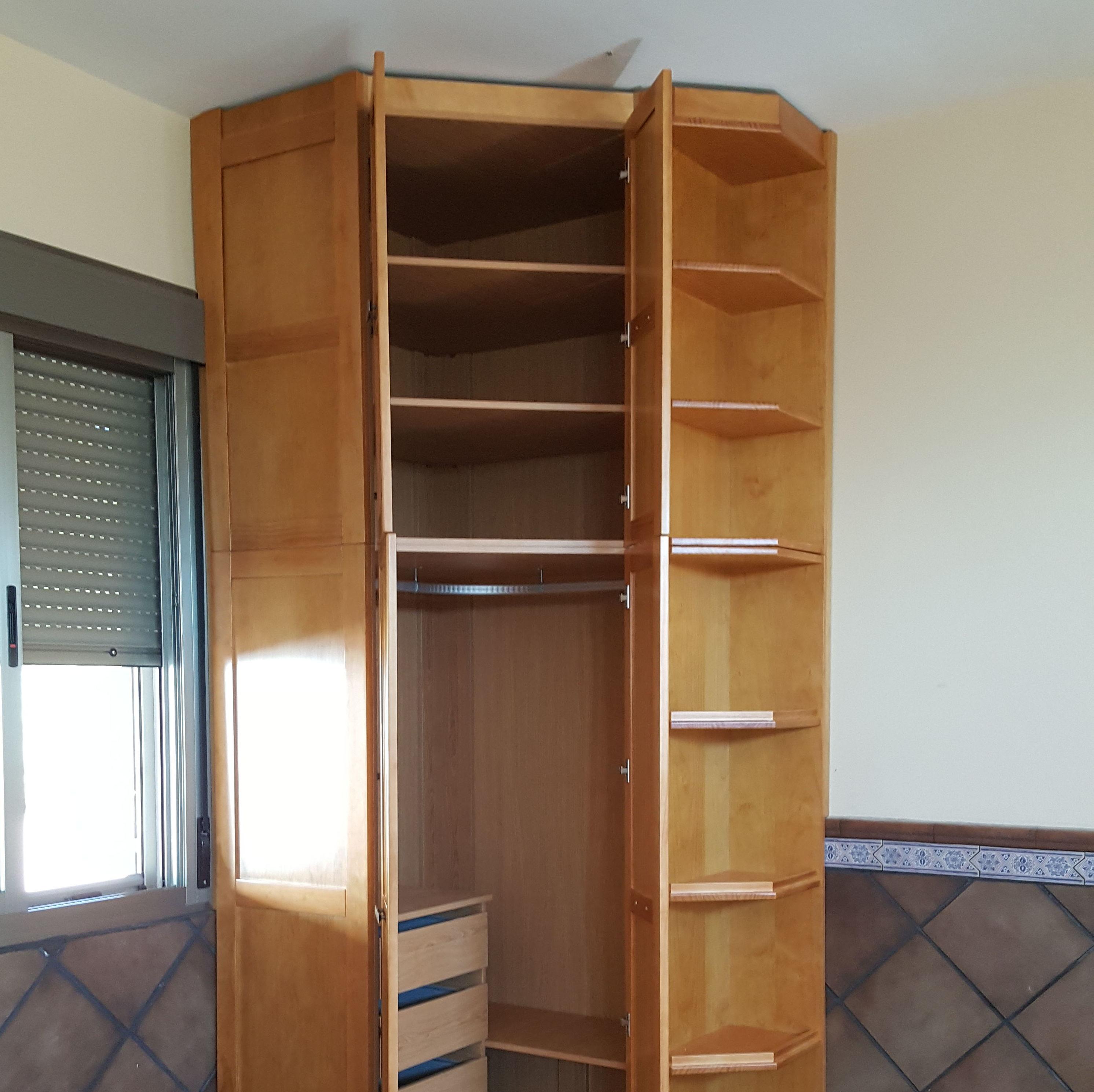 armario empotrado de rincón de madera barnizado en color miel  en Badajoz