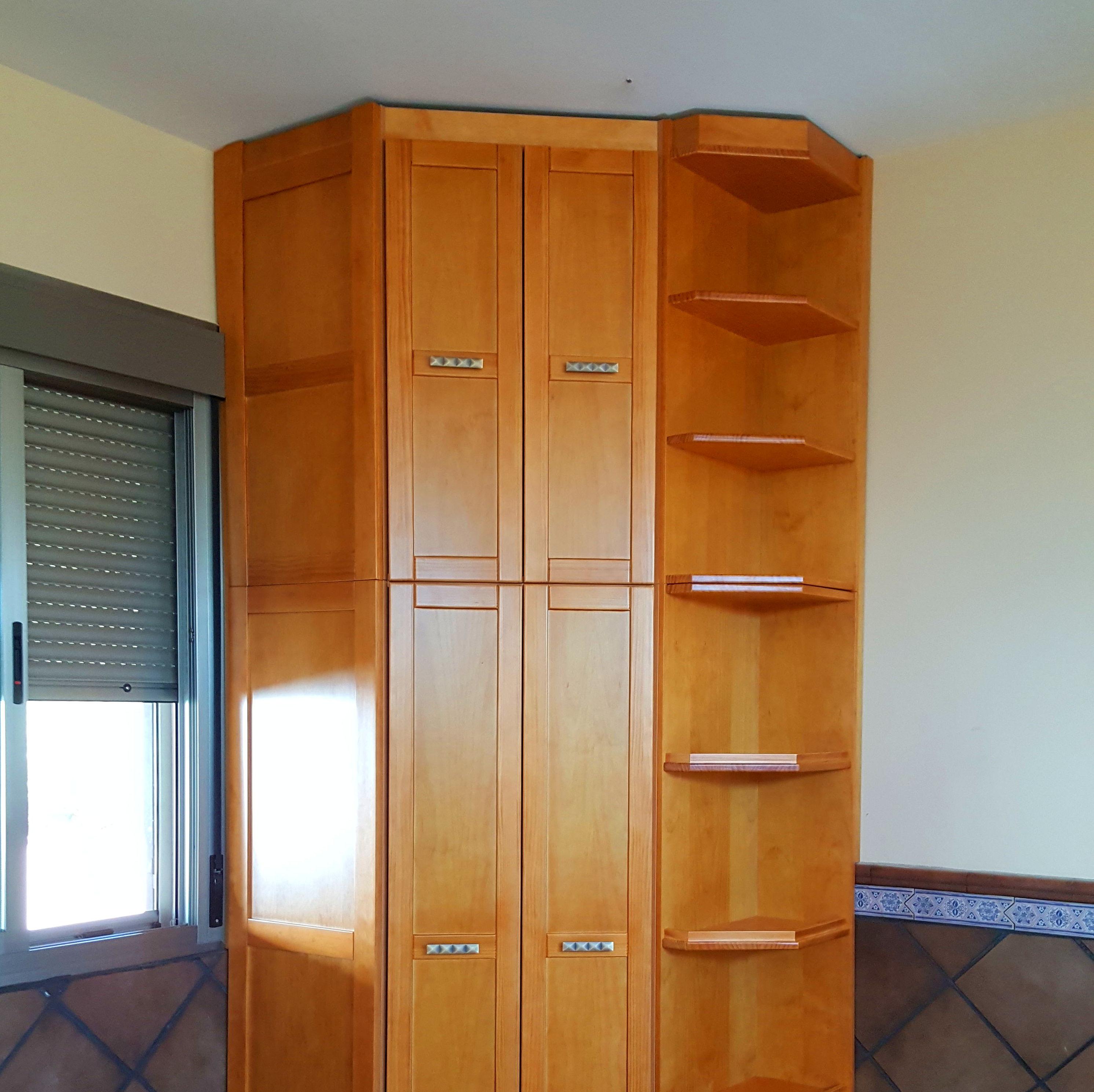 armario empotrado de rincón de madera barnizado en color miel