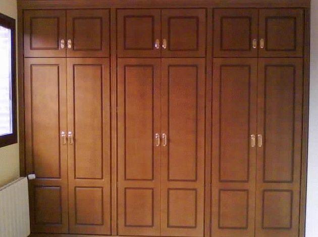 armario empotrado barnizado en color miel con puertas abatibles