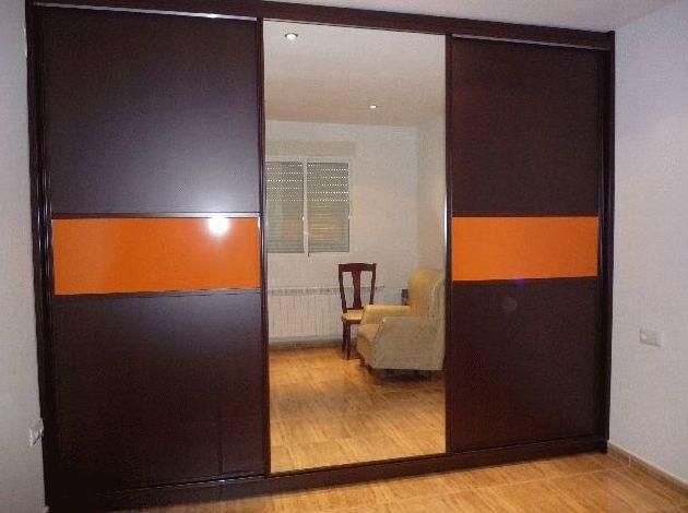 Armario empotrado de formica de color wengé y naranja con espejo enterizo  en Badajoz