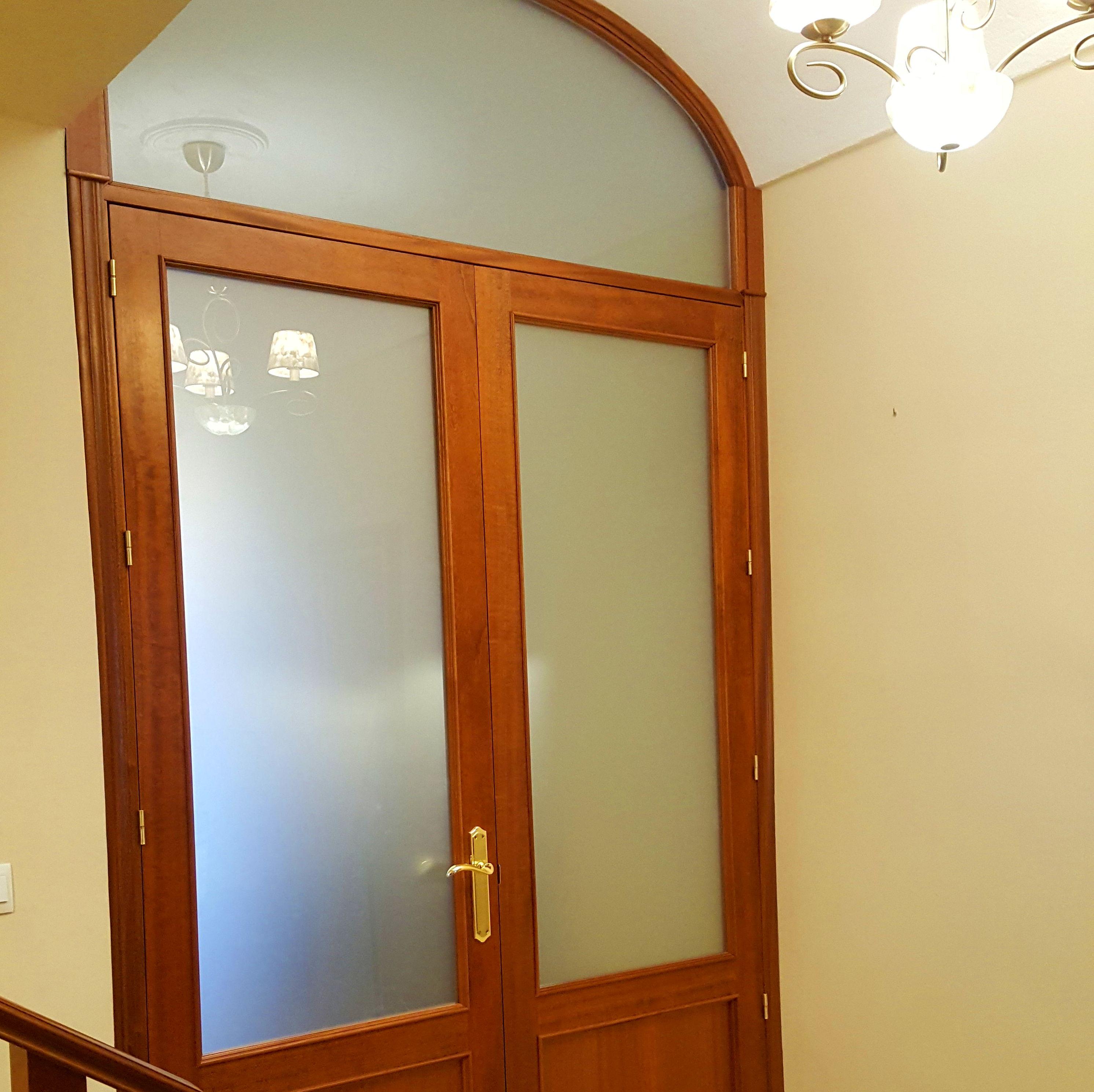 Cancela de madera de sapeli barnizado en su color de 2'4 metros x 1'60 metros mas montante de 0'6 metros de altura. Trabajo entregado en Don Benito.