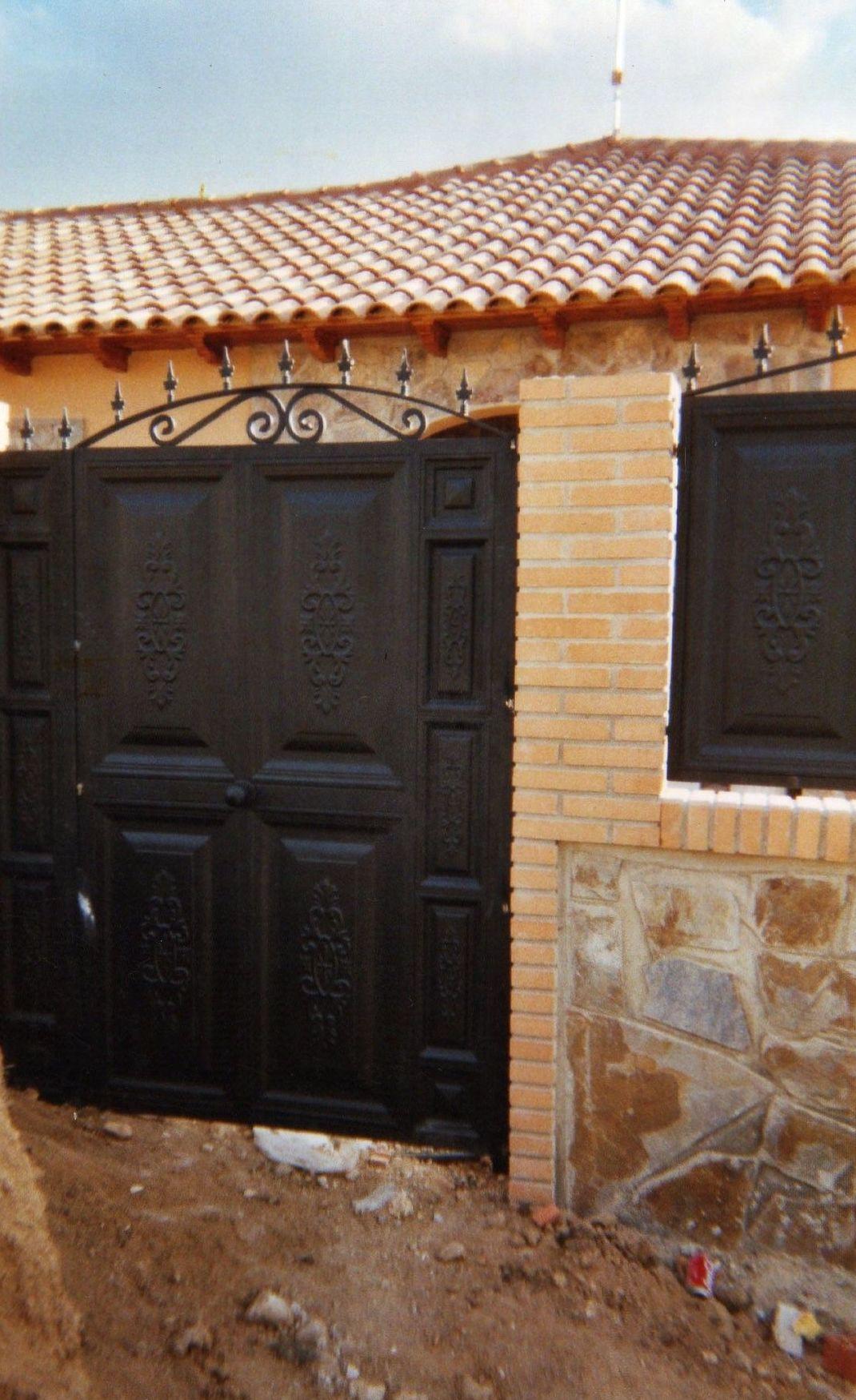 Puerta peatonal con fijos laterales