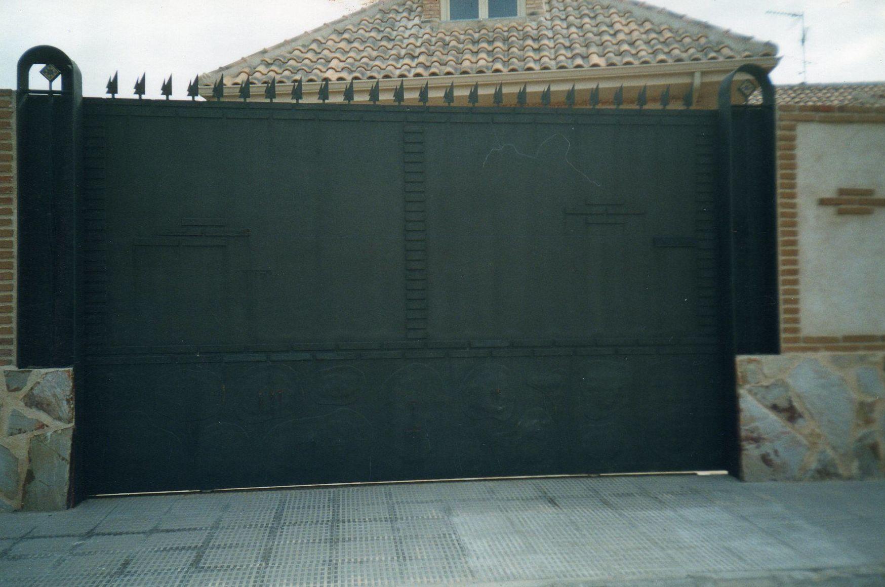 Puerta corredera que imita al muro