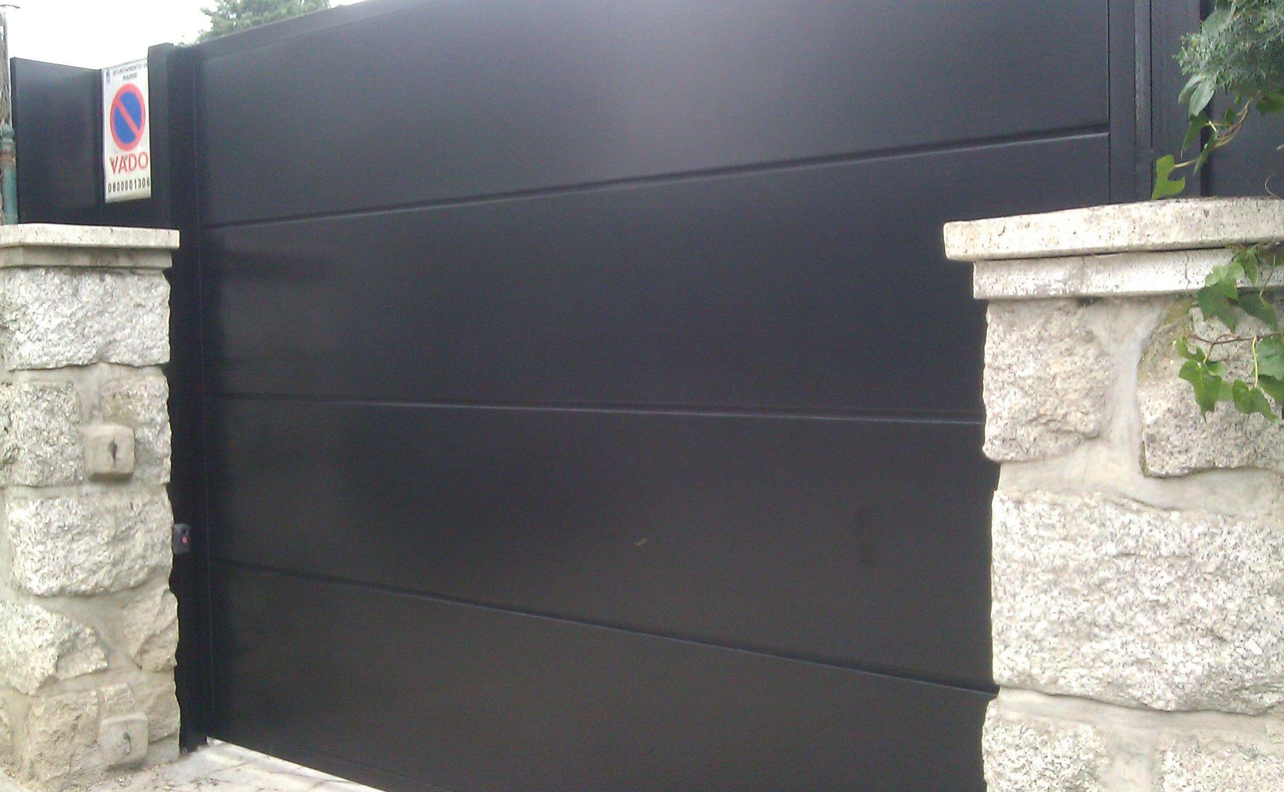 P37 - Puerta de paneles de chapa en horizontal.Una sola hoja batiente