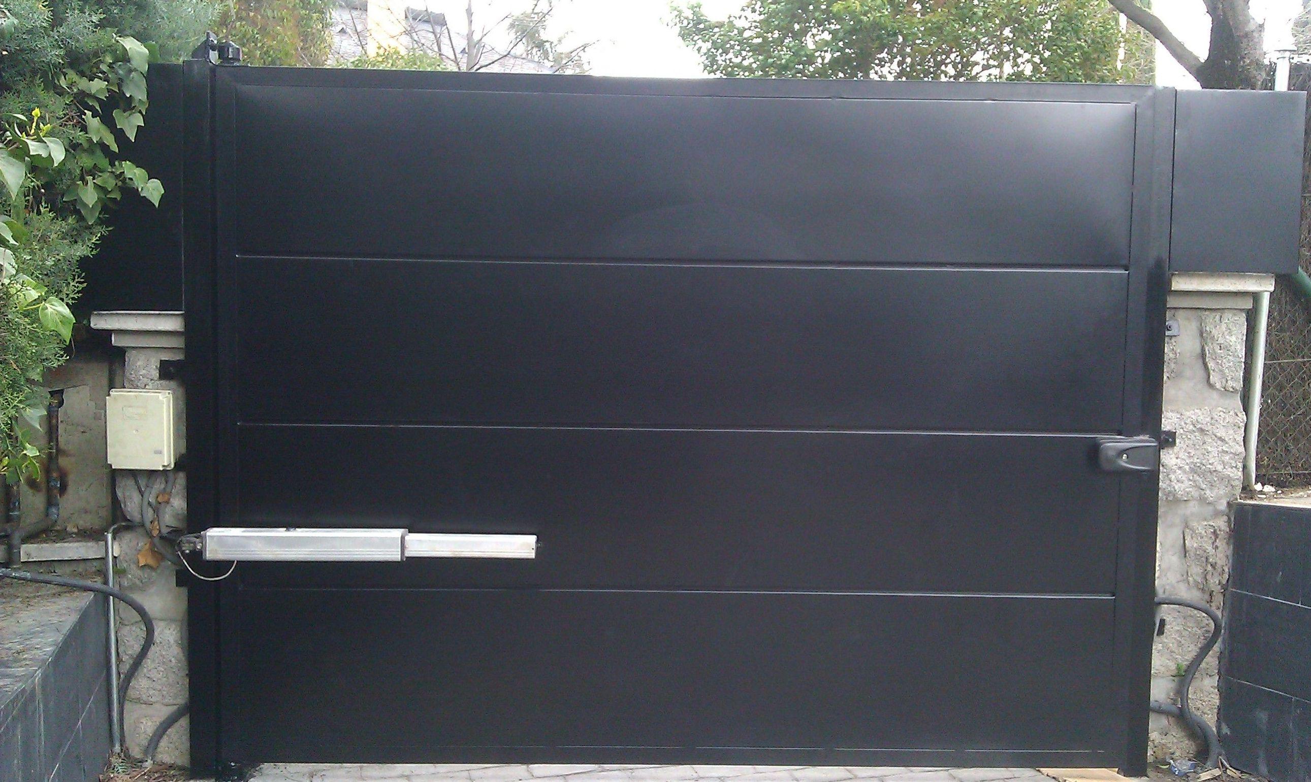 P36 - Puerta de paneles de chapa en horizontal.Una sola hoja batiente