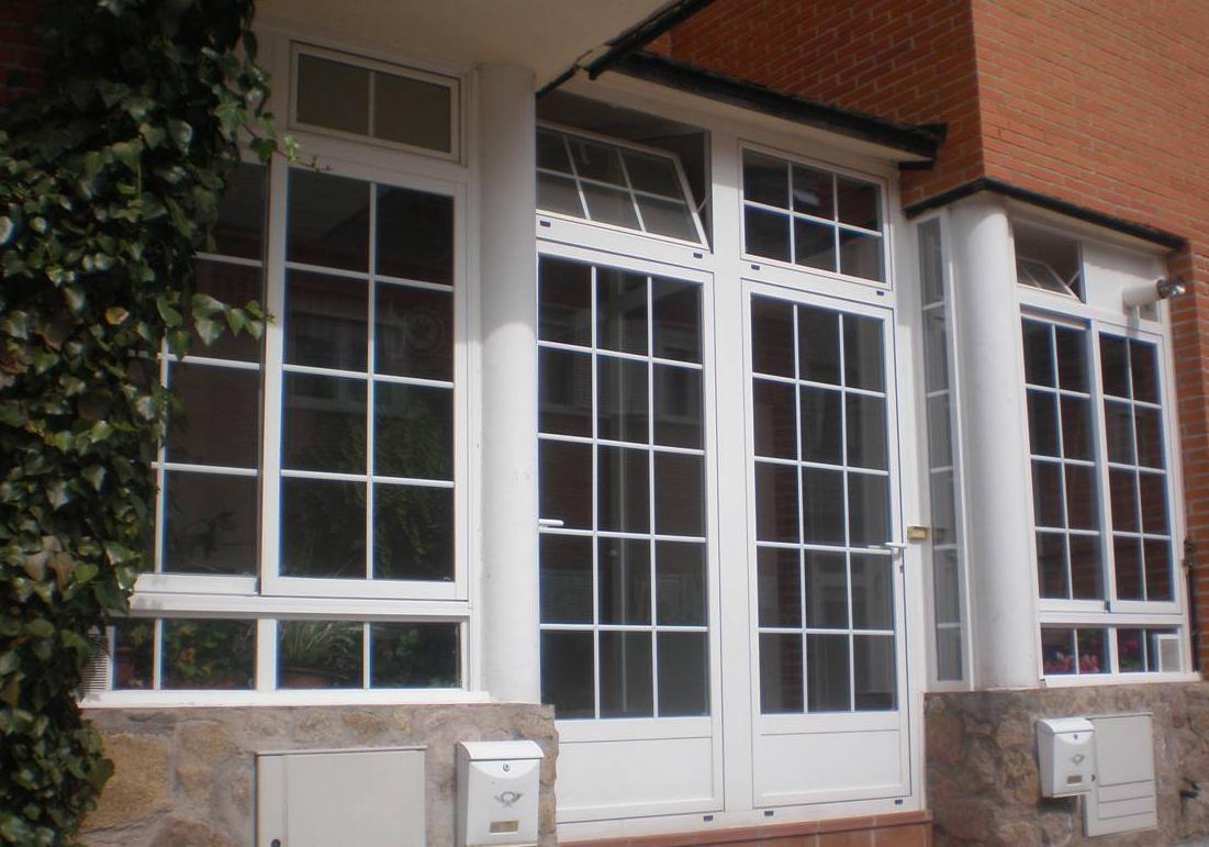 Portal de aluminio lacado en blanco.