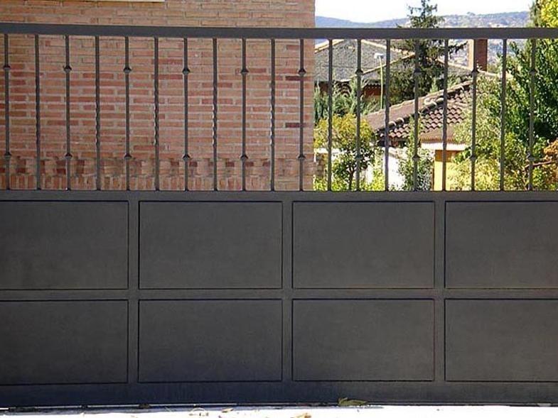 Puerta metálica para el paso de vehículos.: Trabajos de Cerrajería Alberto Bautista.