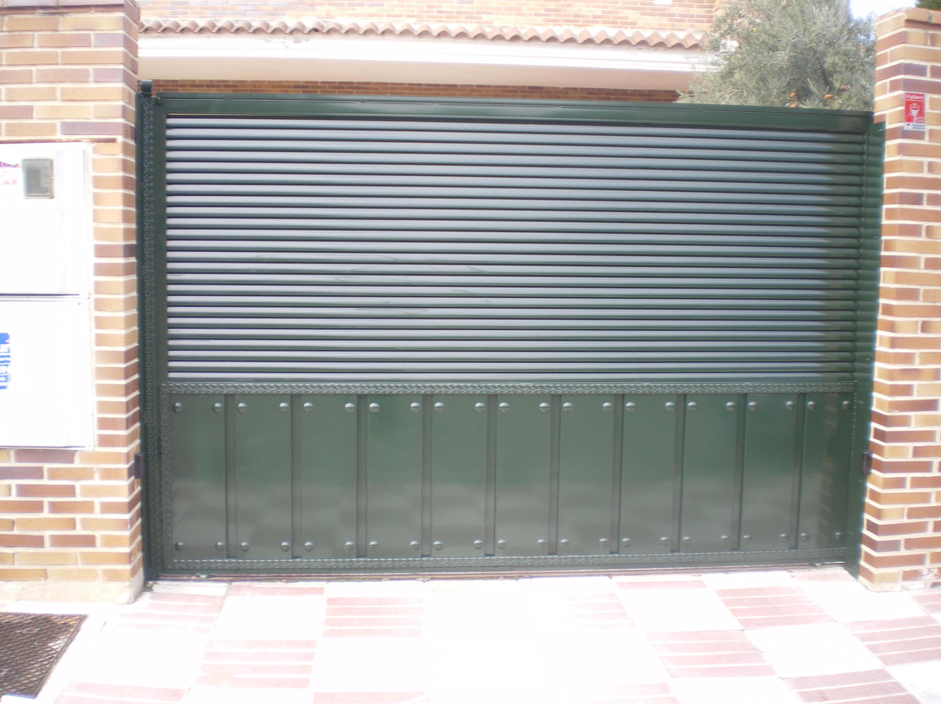 Puerta corredera con celosía de tubo eliptico.
