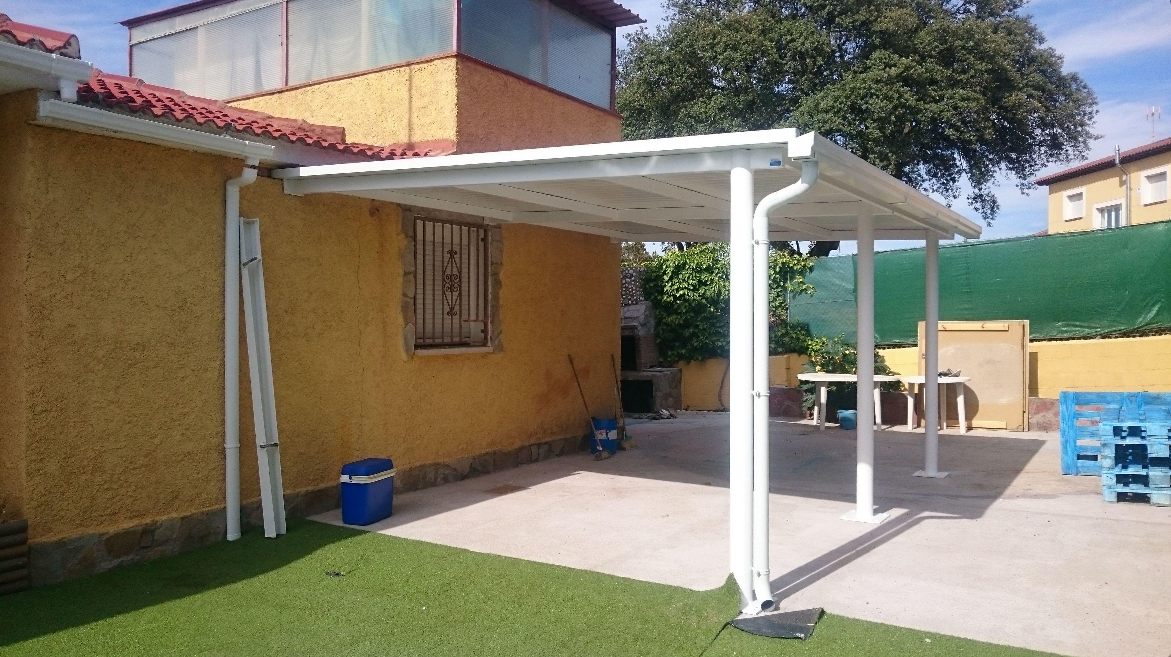 Esructura metálica, cubierta de panel sándwich y canalón para porche junto a vivivenda.t