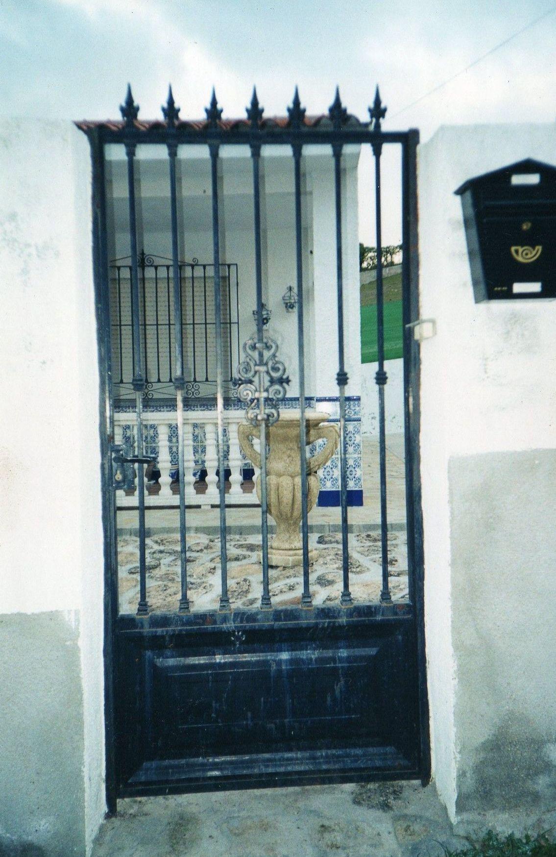 Puerta peatonal de entrada a parcela.
