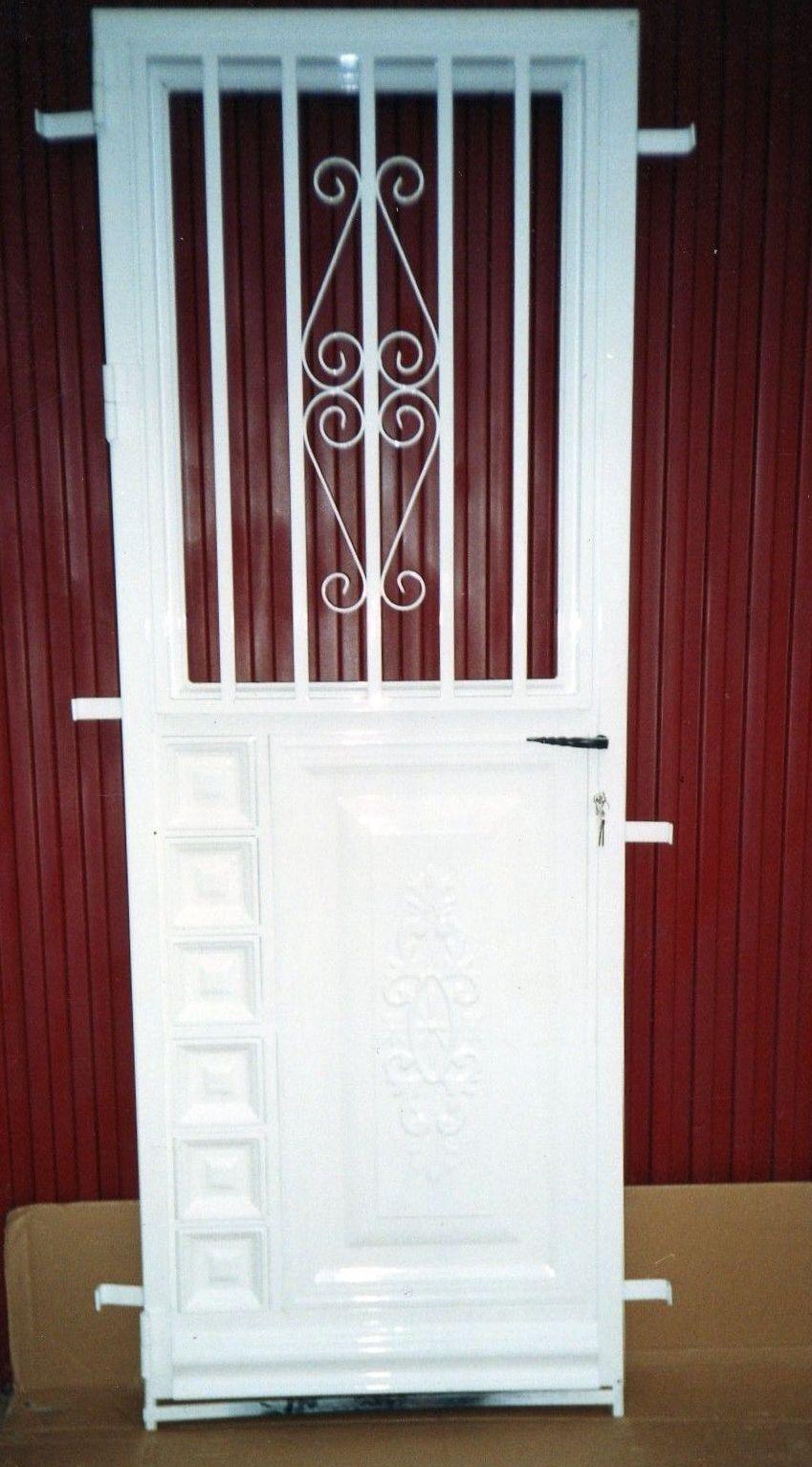 P4 - Puerta residencial con ventanillo abatible, acristalado.