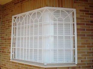 Reja inglesa en ventana de esquina.