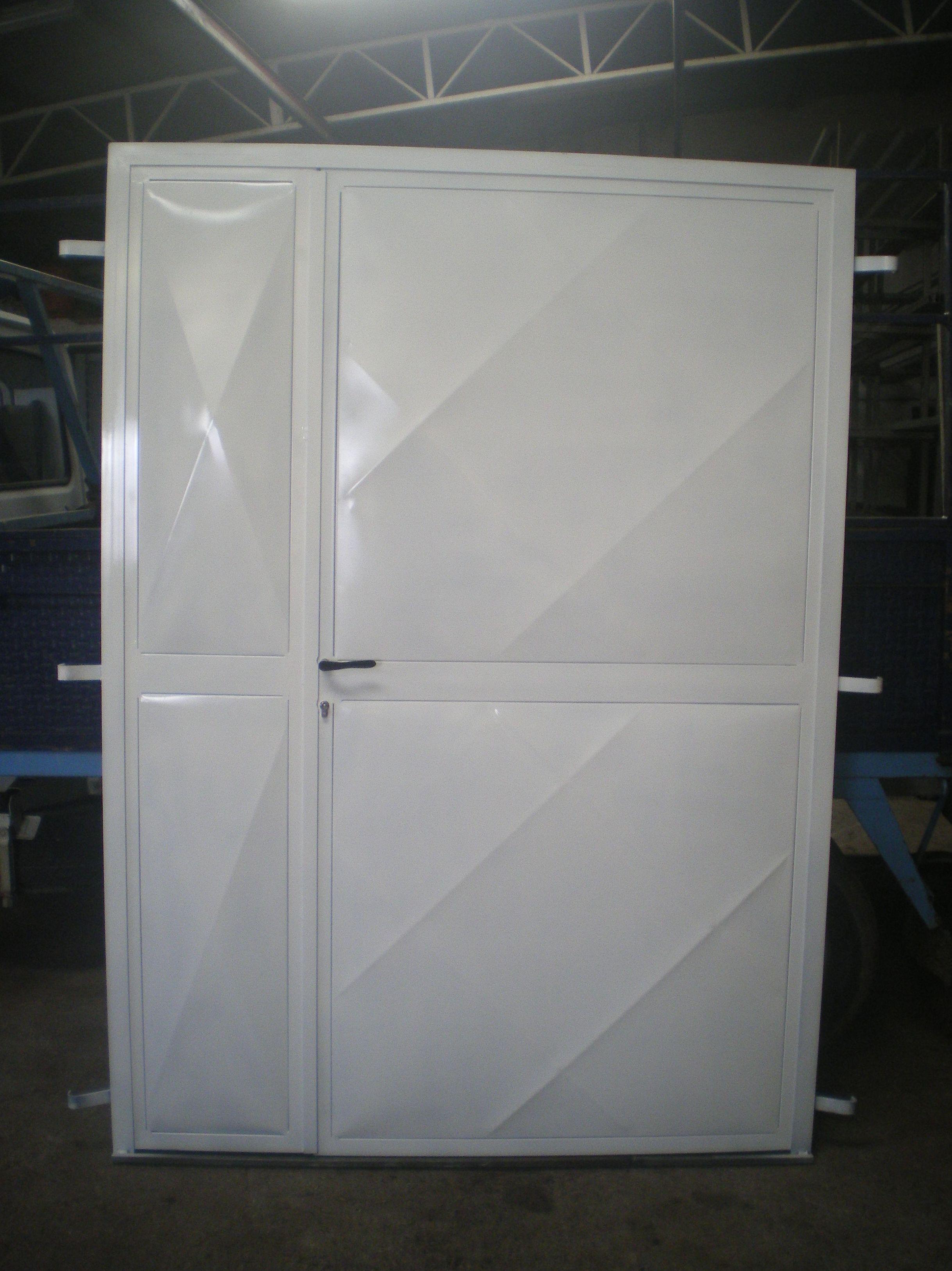 P40 - Puerta de trastero con una hoja mayor que la otra.