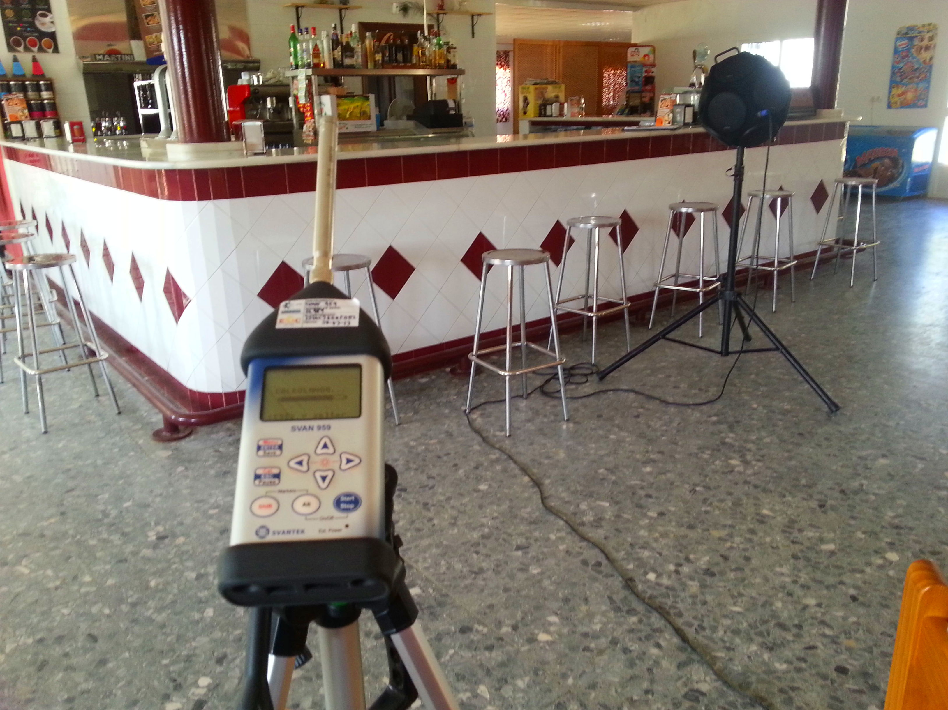 Ensayo de tiempo de reverberación en cafetería (Polideportivo Villamanrique de la Condesa)